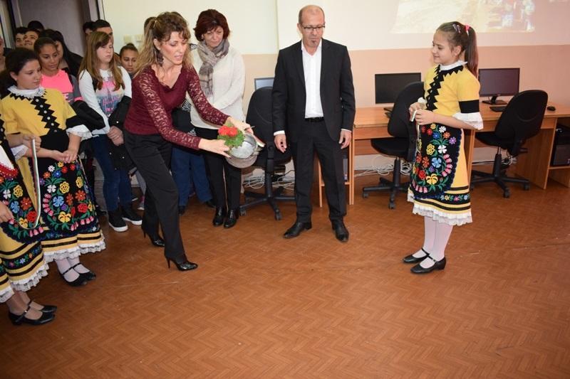 Оборудват училището в Приморско с нови компютри