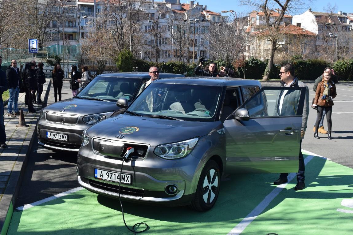 Община Бургас се сдоби с два екологични атомобила