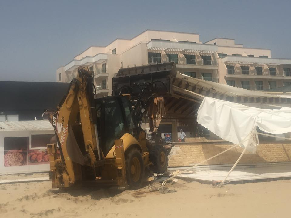 Премахнаха 1300 кв. м незаконни постройки на плажа в Слънчев бряг