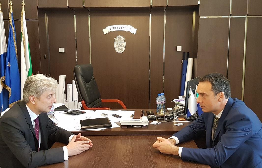 Министърът на околната среда и водите и кметът на Бургас обсъдиха мерки срещу замърсяването на въздуха