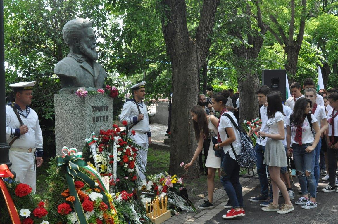 Бургас отдаде почит на Ботев