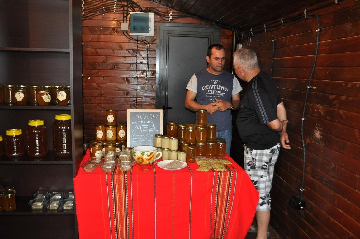 """Фермерският базар на пл. """"Св св. Кирил и Методии"""" с богата гама от натурални продукти"""