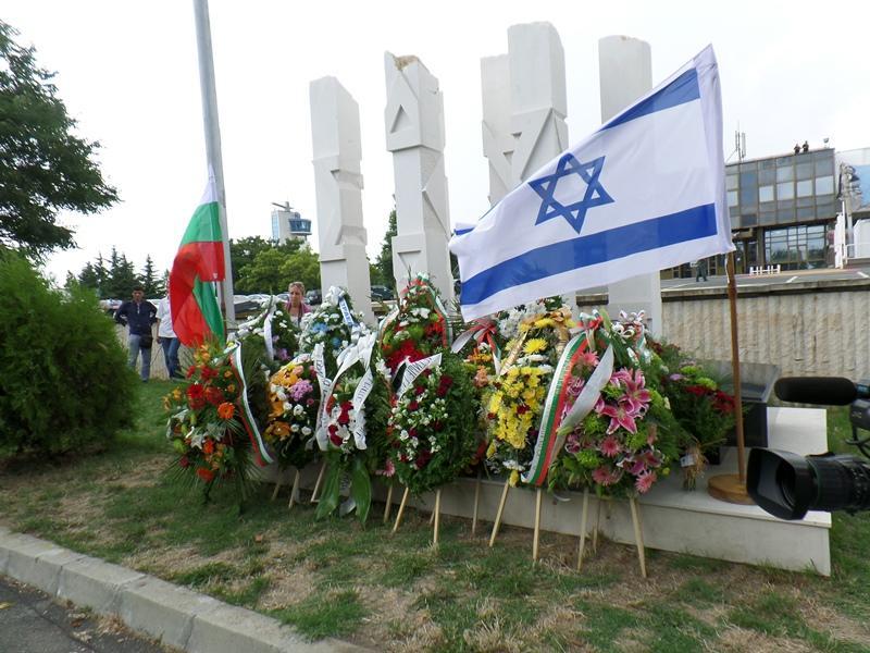 Венци и минута мълчание за загиналите в атентата на летище Бургас