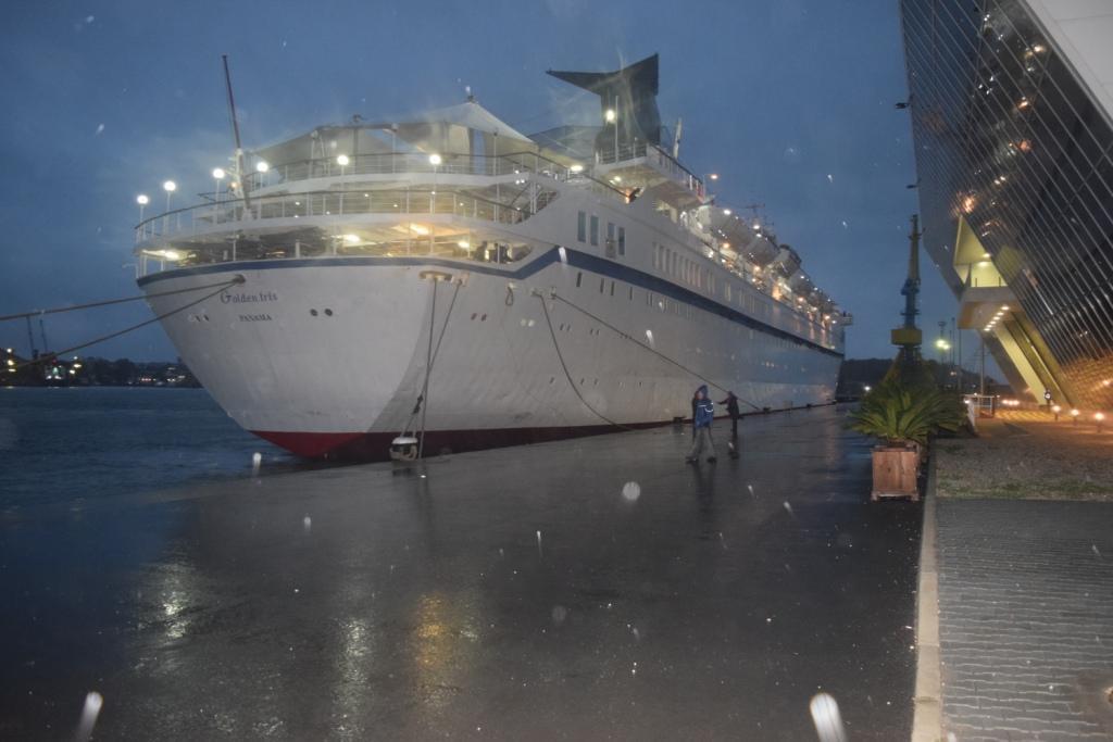 "Пасажерът ""Golden Iris"" акостира на Морска гара в Бургас със 790 туристи"