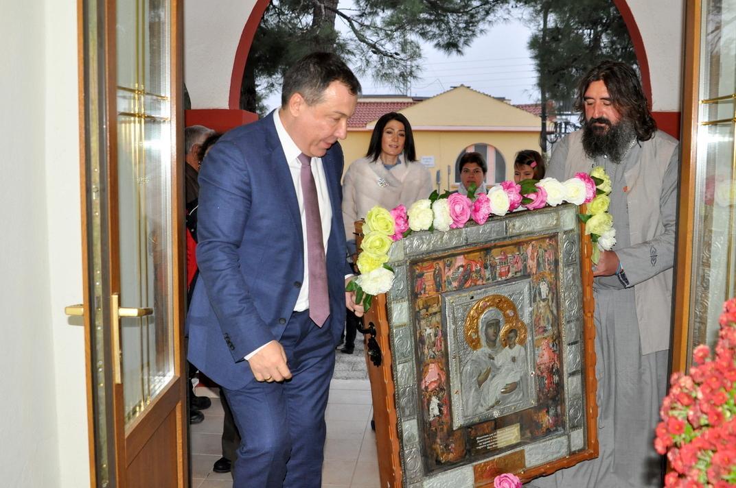 """Семейството на кмета на Несебър подари копие на  чудотворната икона на """"Богородица Пречиста -Мегарска"""" на жителите на Неа Месемврия"""