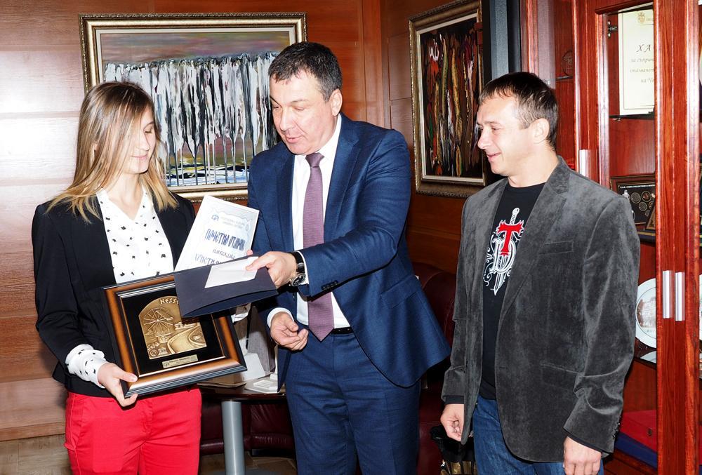 Кметът на Несебър връчи почетен плакет на Христиана Петкова за европейската й титла по карате