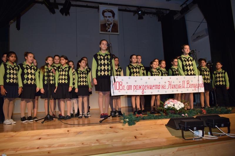 Моноспектакъл подариха за патронния празник на училището в Приморско