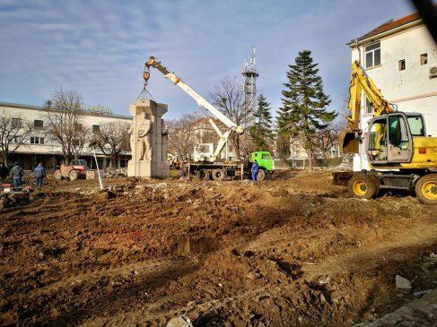 Унищожават паметник в Царево с благословията на кмета