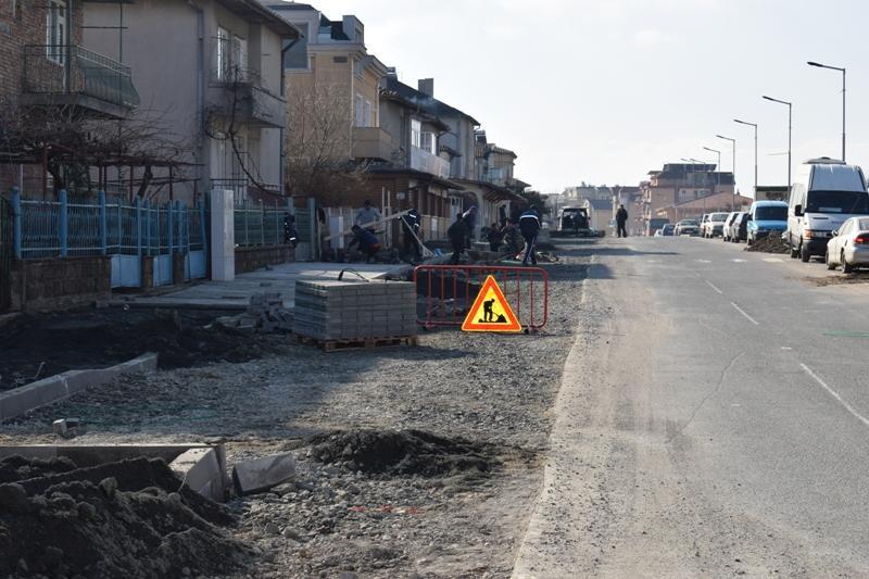 """Напредва обновяването на улица """"Иглика"""" в Приморско"""