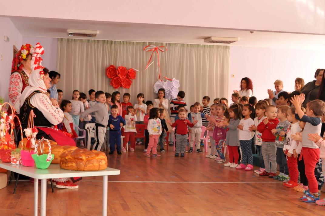 Баба Марта зарадва малчугани от три детски градини в Несебър
