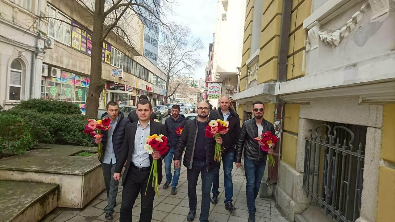 Младежите от ГЕРБ поднесоха на дамите в Бургас гербери за 8 март