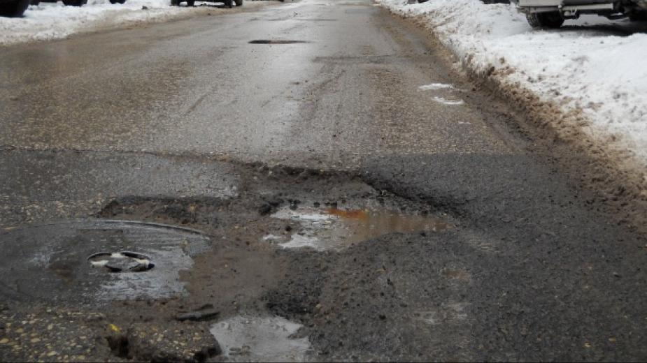 Снегът разкри некачествения асфалт по пътищата