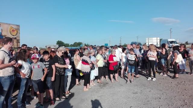 """Десетки жители на Ахелой се събраха на протест заради новия път към курортния комплекс """"Слънчев бряг"""""""