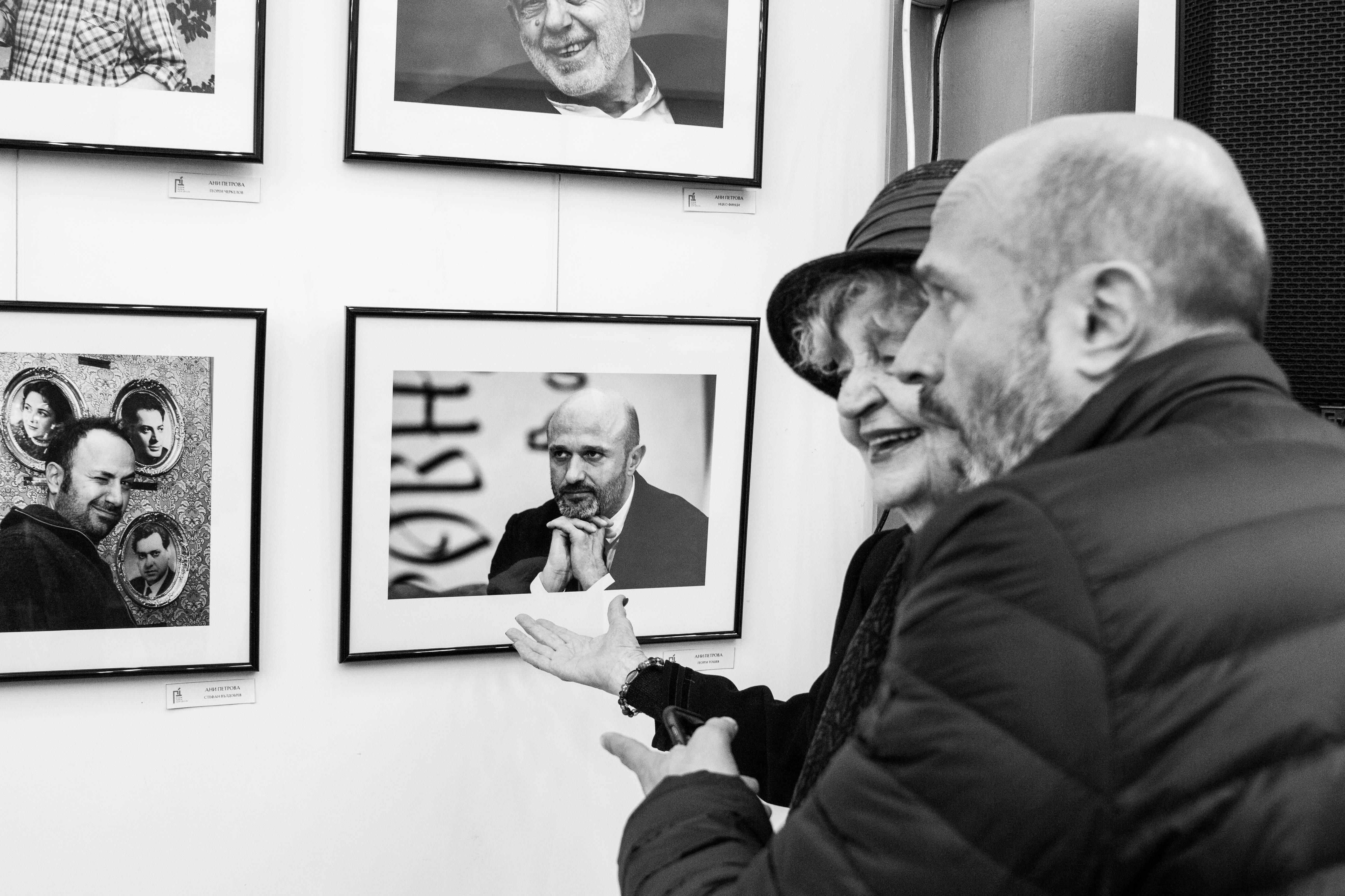 """Ценна изложба фотоси на популярни творци и късометражно кино откриха в Експо център """"Флора"""""""