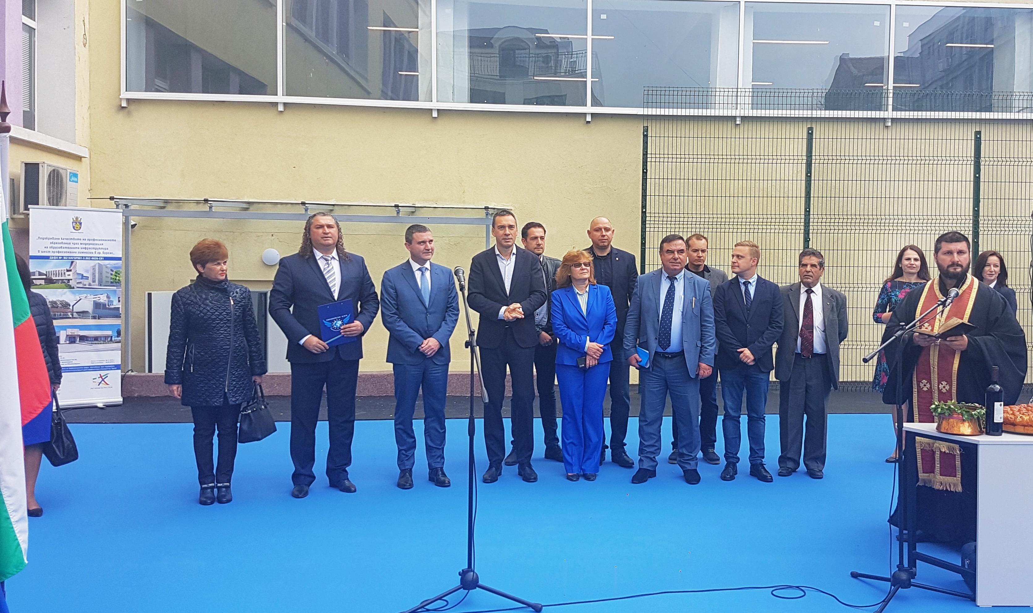 Министър Горанов и кметът Николов откриха дигитален кабинет и спортен салон в Търговската гимназия