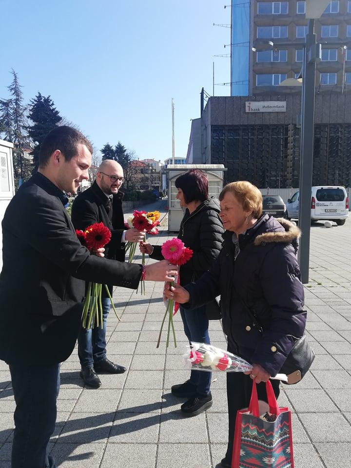 ГЕРБ уважи дамите от област Бургас с цветя по случай 8 март