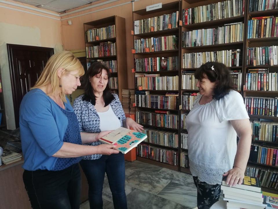 """Инициативата """"Големи автори за малки библиотеки"""" достигна до бургаския квартал """"Долно Езерово"""""""
