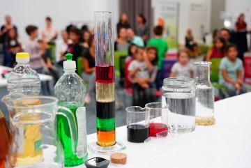"""Ученици от Бургас ще правят забавни експерименти в научна лаборатория """"Байлаб"""""""