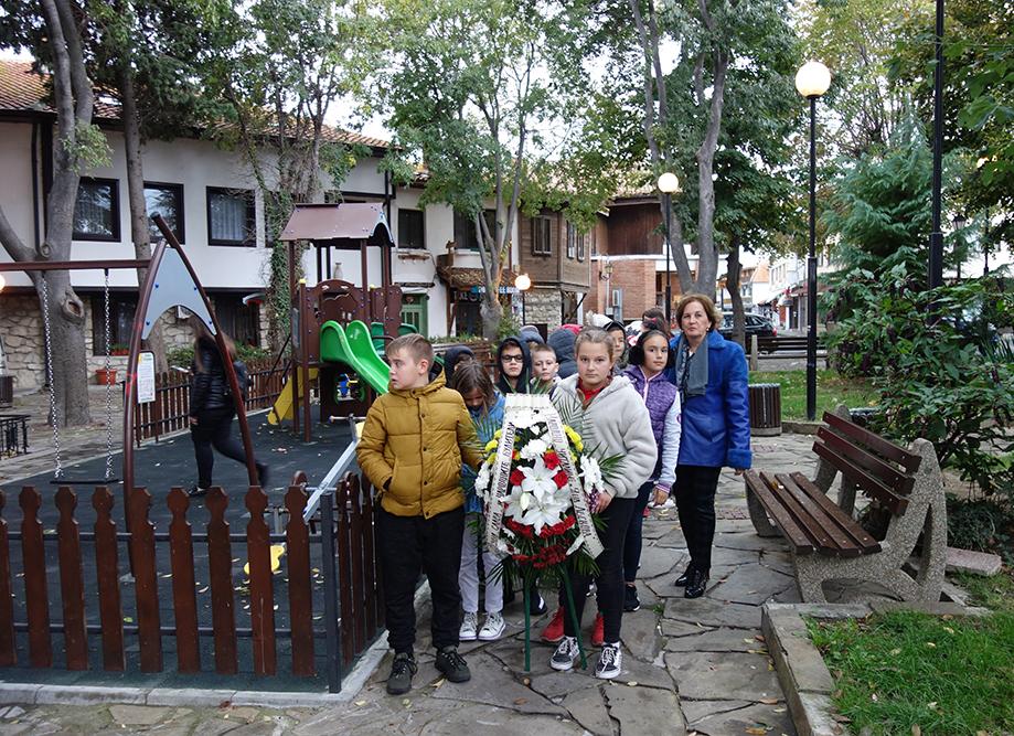 """Ученици от СУ """"Любен Каравелов"""" – Несебър отбелязаха Деня на народните будители"""