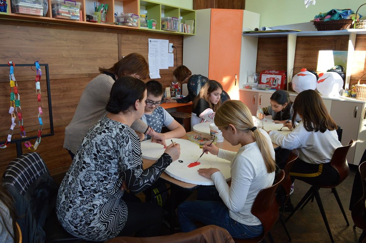 Ученици от Българово и деца със СОП си направиха коледна украса
