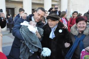 Рекорд: кметът събра на обща снимка именици със 102 години разлика – дядо Никола и двумесечния Николай