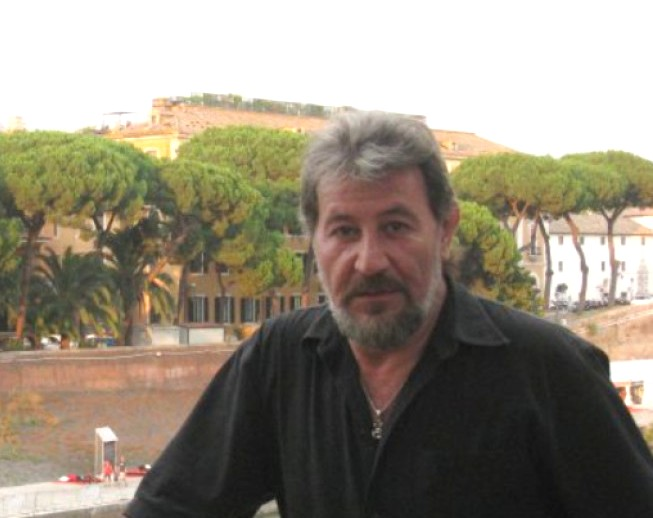 Д-р Лорис Мануелян лекува и с поезия