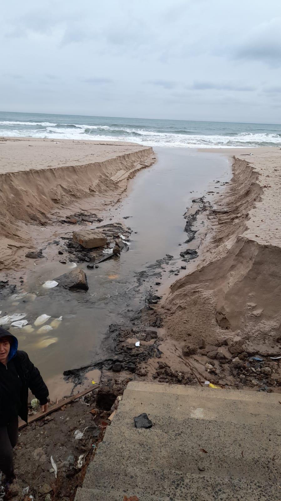 Проливни дъждове и бурни вълни отнесоха плажовете на Созопол